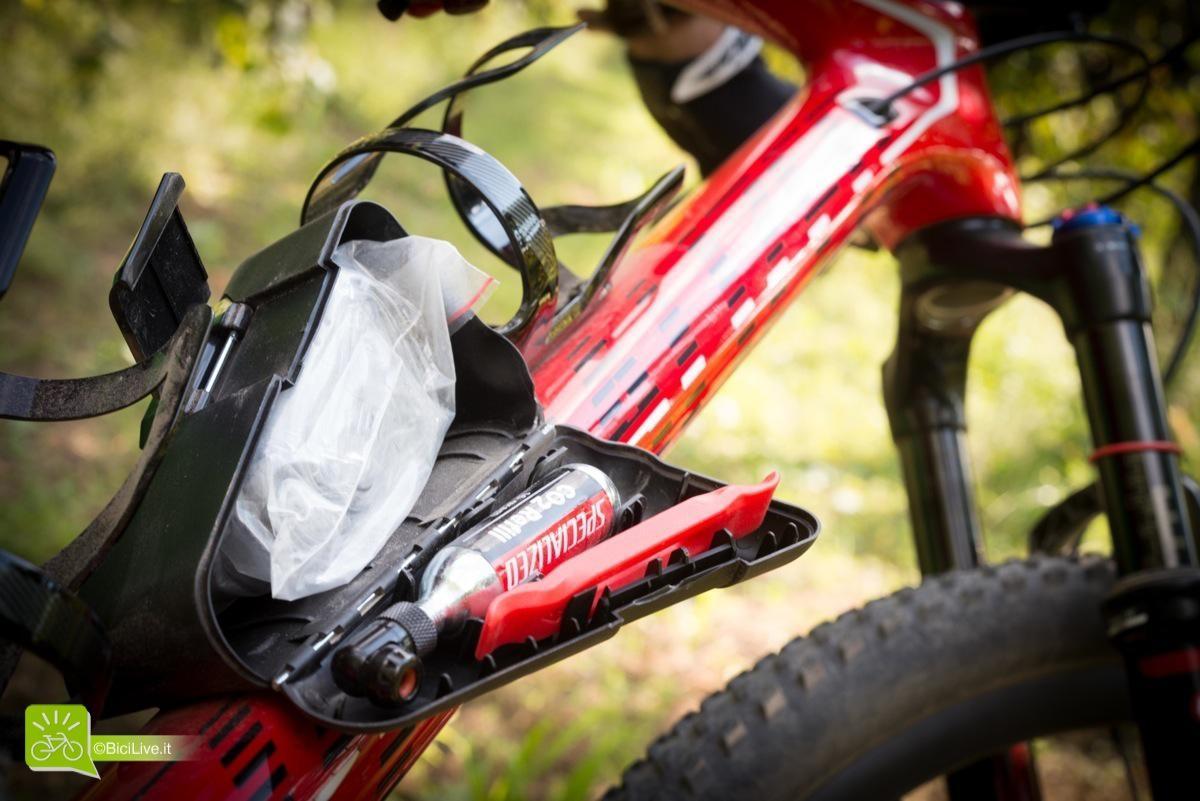 Seconda genialata, un vano in plastica con una bella chiusura contenente tutto il necessario in caso di foratura, piazzato in basso per non influenzare il baricentro e lasciare le linee della bici pulite.