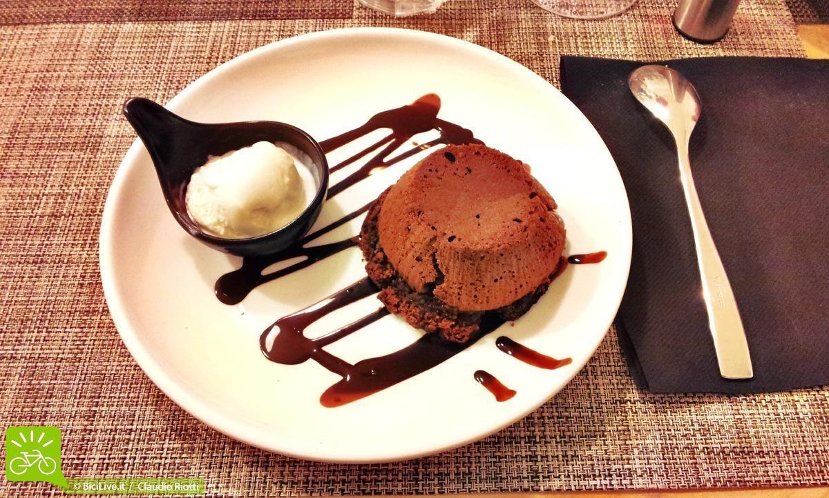 Il tortino ai due cioccolati con cuore caldo e gelato, un must del Nonostante, roba da leccare il piatto!