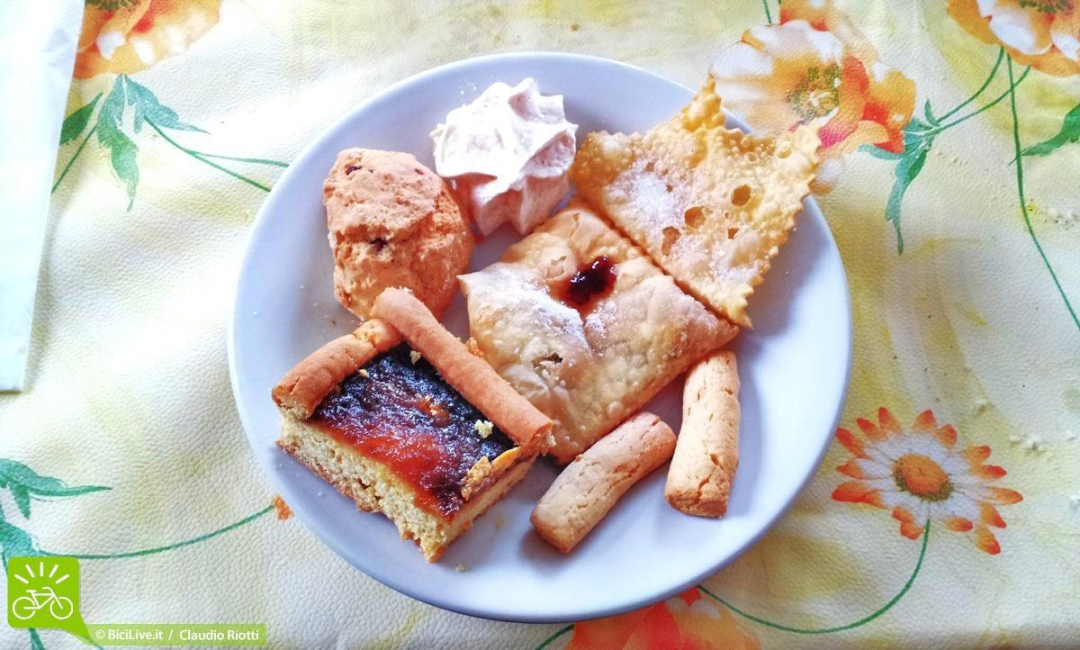"""Storie di dolci troppo buoni… l'ultimo giorno Laura ci ha fatto anche """"le bugie"""",  le chiacchere, al mattino mentre preparavamo le bici aleggiava nell'aria il loro profumo tipo """"canto delle sirene di Ulisse"""": mangiateci…mangiateciiii…!!  Totale: 2kg di panza in 4 giorni!!!"""