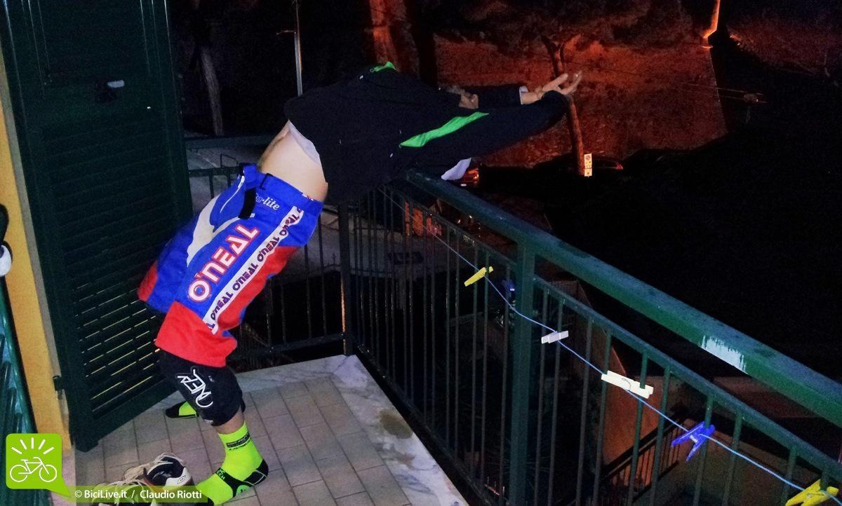 """Esco sul balcone e mi trovo Luca messo così… """"stretching, bro!"""". Mah… : )"""