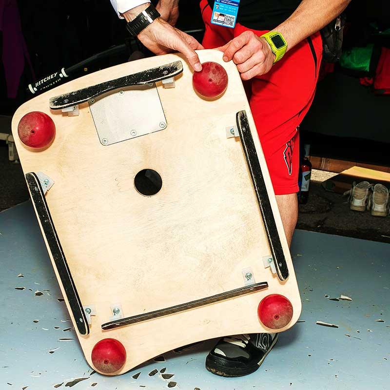 foto della parte inferiore della Bike Board con le 4 sfere che fungono da appoggi e i bordi per non far uscire la palla.