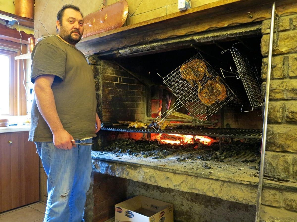 Per la Gravity School la qualità è tutto, anche nel mangiare. Qui il grande (in tutti i sensi) Emanuele del ristorante Il Grillo sul monte Maddalena (Brescia) che ci cucina solo carne alla brace...
