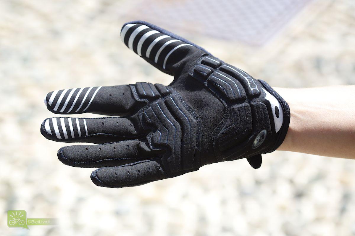 Tecnologia Body Geometry in gel sul palmo della mano per diminuire la pressione sul nervo ulnare e prevenire l'intorpidimento delle mani