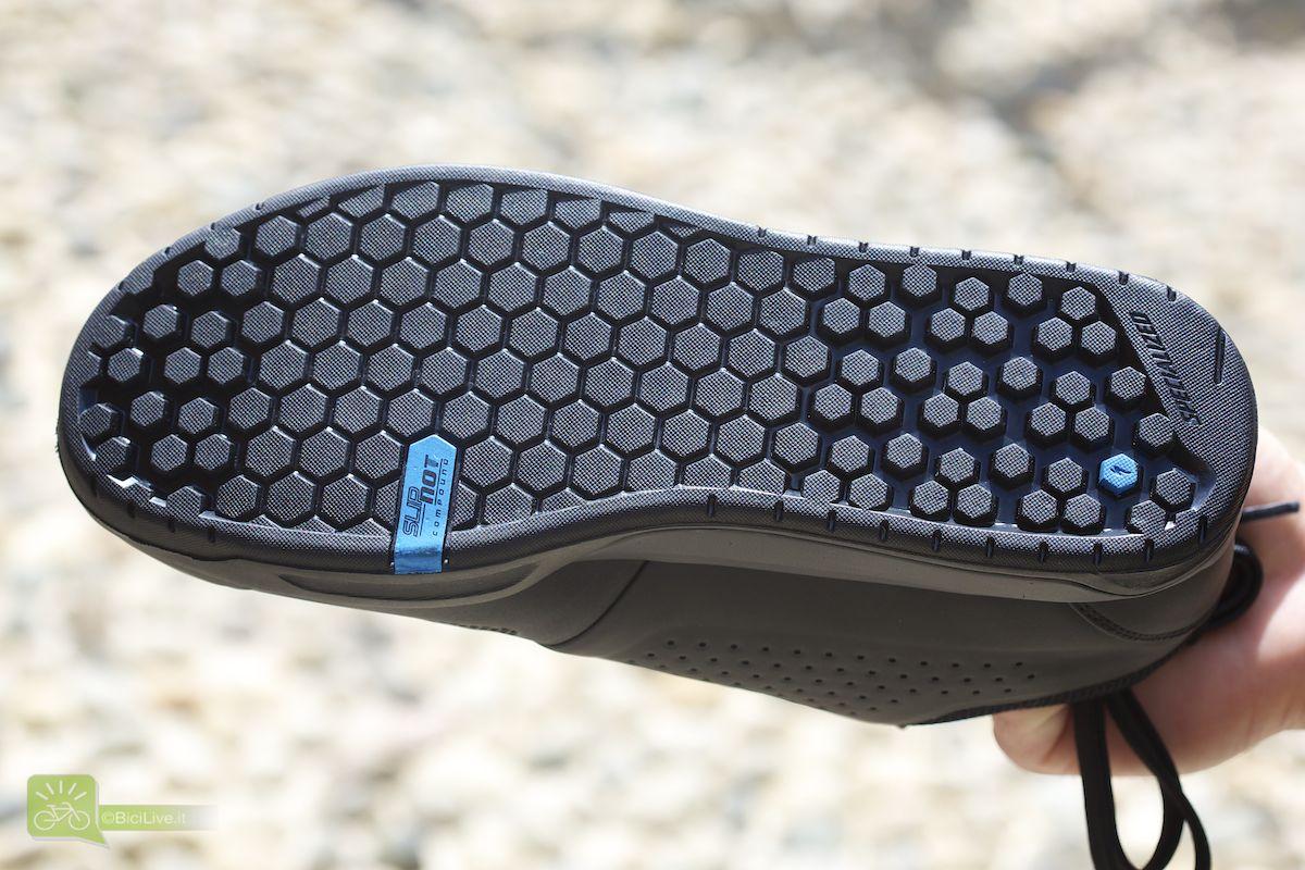 La particolare suola della 2FO studiata per avere grip sia camminando sia sui pedali, con gomma denominata SlipNot Compound
