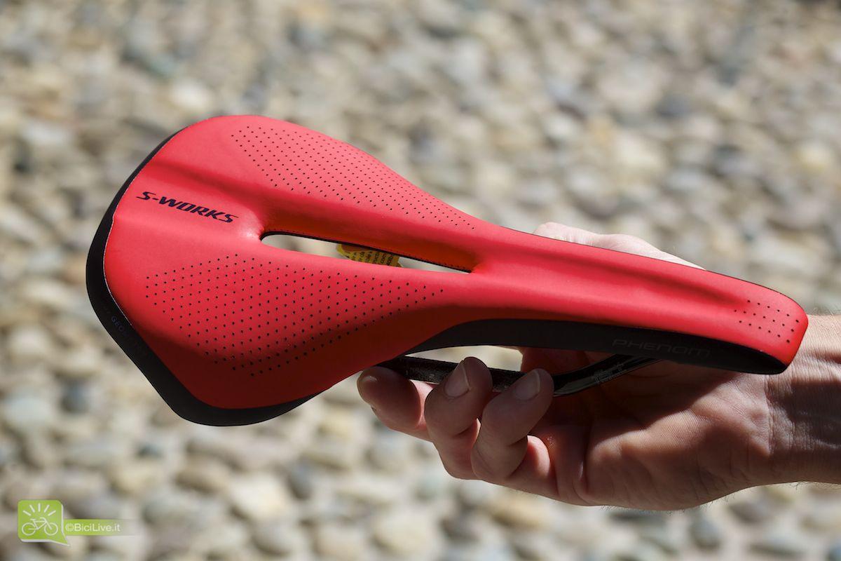 """Nuova sella Phenom S-Works per le mtb. Più corta, leggera e con i """"low friction panels"""" sulla punta e sulla coda per favorire i movimenti del rider nei fuorisella. Tecnologia Body Geometry sullo scafo per favorire il passaggio del sangue nel soprasella"""