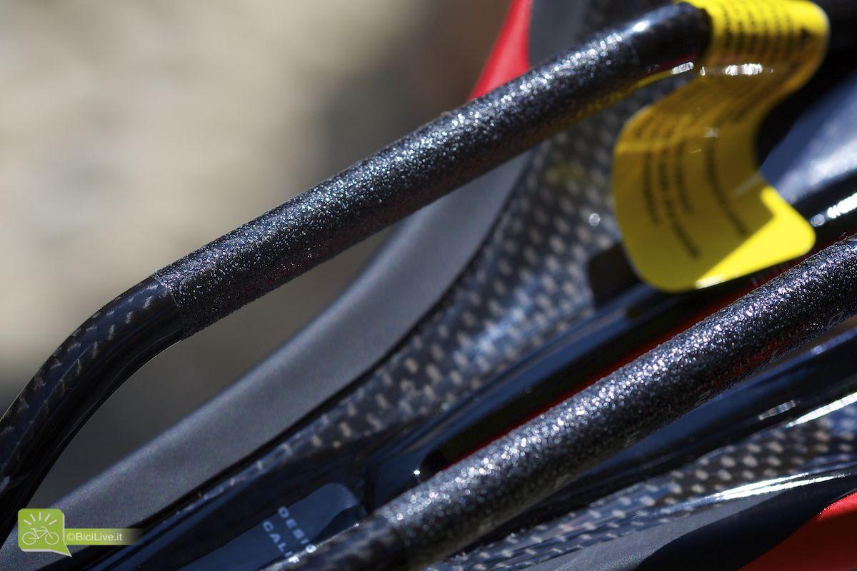 I rail sono in carbonio FACT oversize da 7x9mm, quindi richiedono un reggisella dedicato