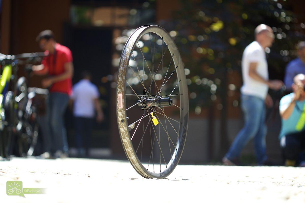 Nuove ruote Roval Traverse in carbonio. Cerchi più larghi anche per Specialized, che segue la tendenza degli ultimi anni