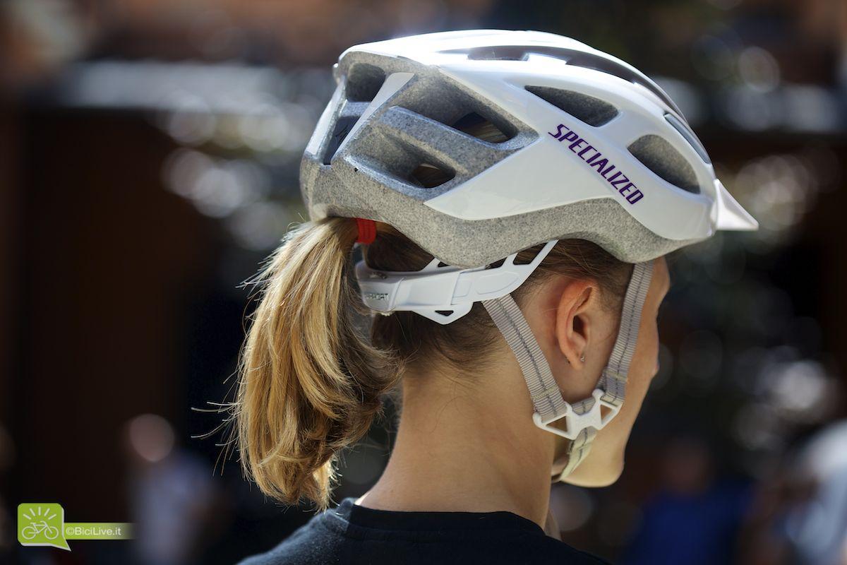 Casco specifico donna, sagomato sulla parte posteriore per facilitare il passaggio della coda