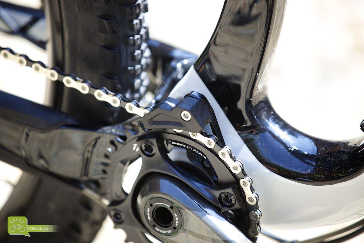 Interessante la presenza di un mini guidacatena su ogni bici con monocorona, alla mia richiesta di spiegazioni la risposta è stata chiara, i sistemi X01 o XX1 non sono così affidabili secondo Specialized, soprattutto in un'ottica di utilizzo intenso e prolungato