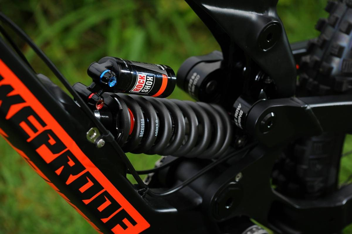 Il Rockshox Vivid R2C e il sistema di rinvio della biella della Pulse. Doppi cuscinetti per garantire la massima efficienza e rigidità.