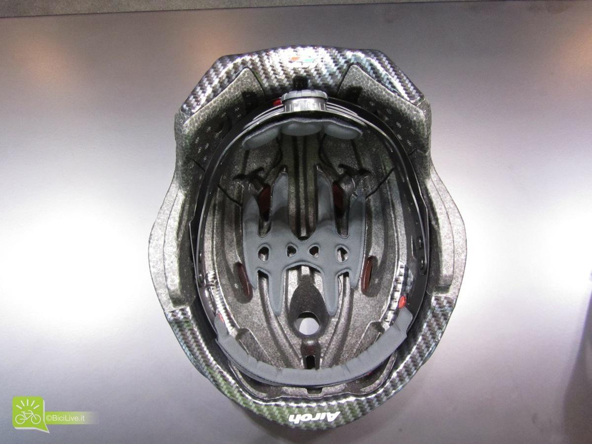 La calotta è in Eps e la parte fronte /nuca è rivestita con una protezione effetto carbonio. Gli interni sono ad altra traspirabilità con padding a memoria di forma e il cricchetto micrometrico permette di ottimizzare la stabilità.