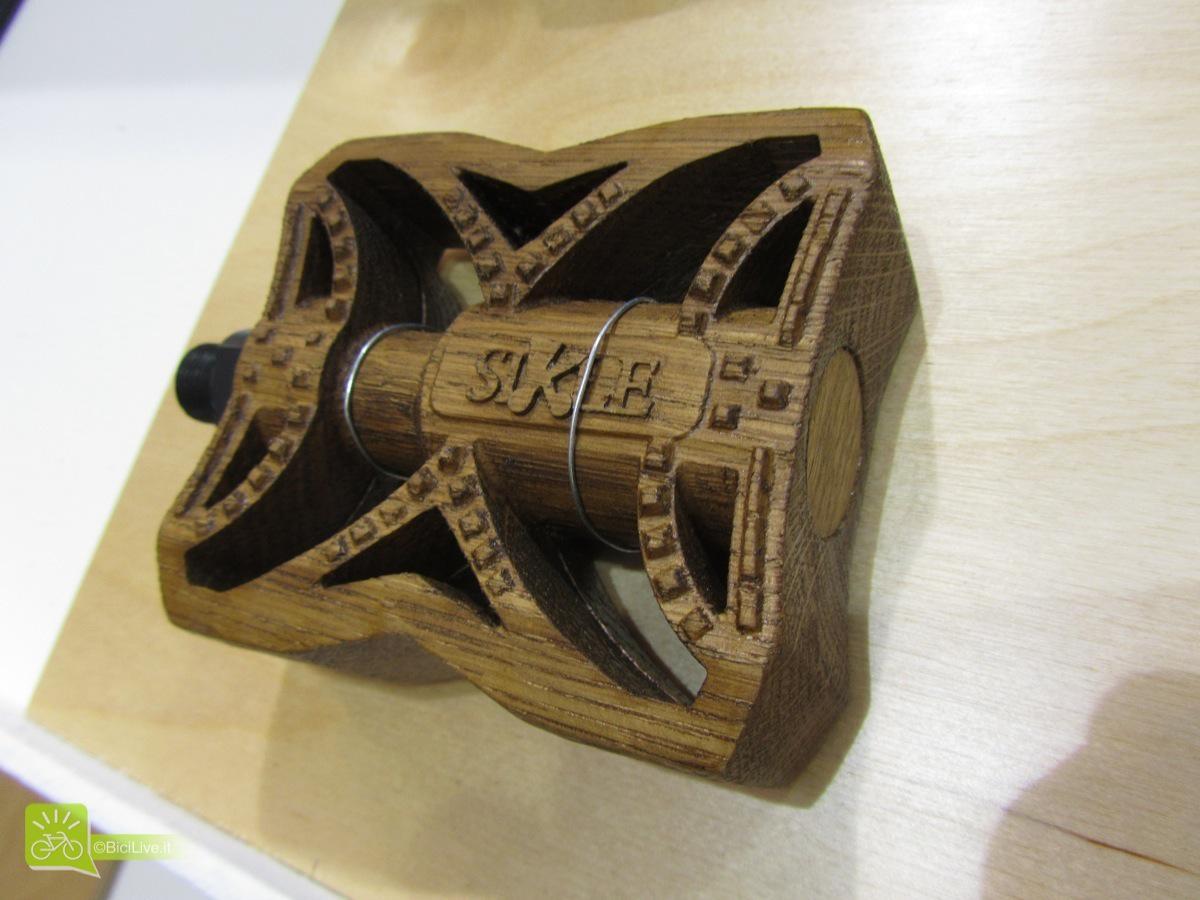 """Ma ad attirare la mia attenzione è un pedale in legno di faggio realizzato con grande cura e molto esclusivo, per chi cerca di stupire o chi vuole a tutti costi essere eco friendly. Il prezzo tuttavia non è molto """"eco"""", visto che costa la bellezza di 337 euro."""