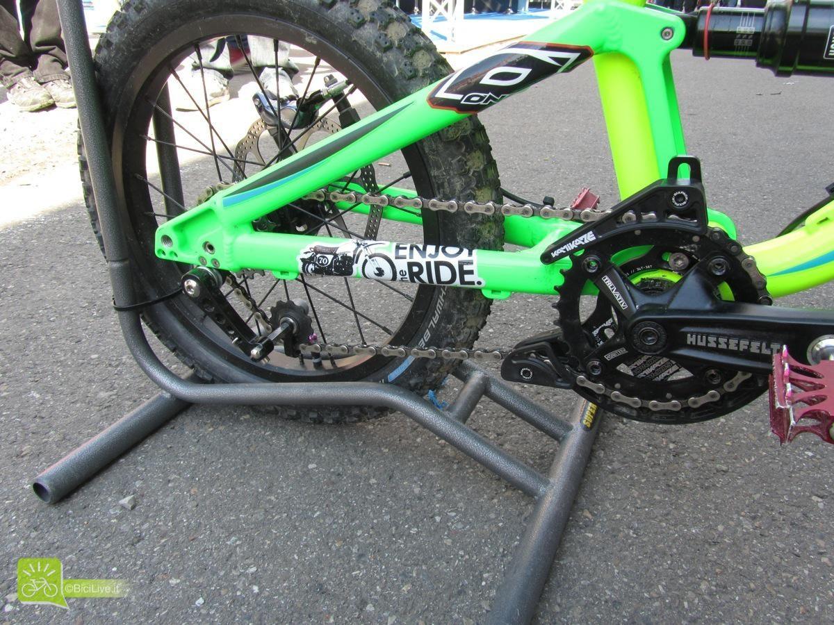 Trasmissione monocorona con guidacatena per i minibiker che seguono papà nei boschi