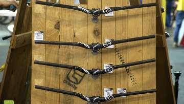 La versione in alluminio viene proposta in 2 rise, 25mm e 40mm, due larghezze, 740mm e 800mm per un peso di 280gr.