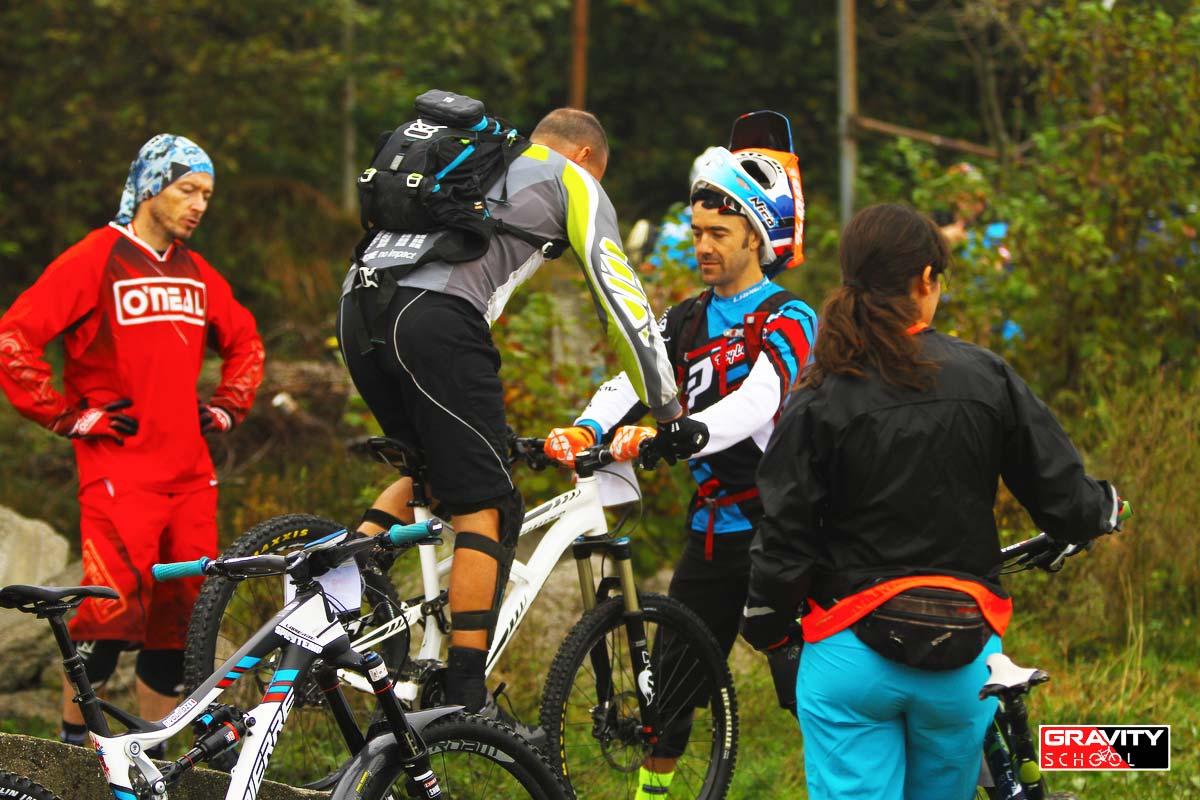Nico controlla la posizione in sella di ogni corsista insieme a Luca