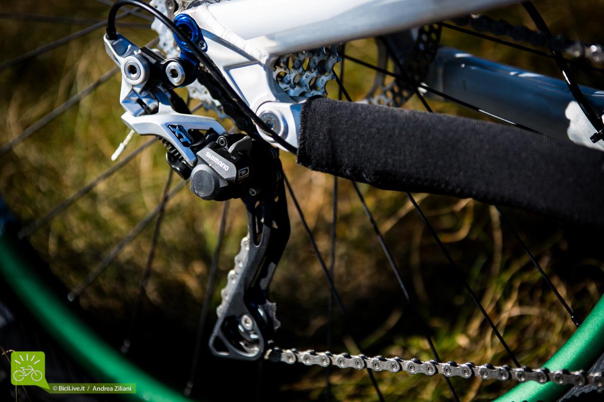 Il cambio Shimano XT con frizione, nessun problema di caduta catena anche nei tratti più sconnessi. Anziché lunga, sceglierei una gabbia media.