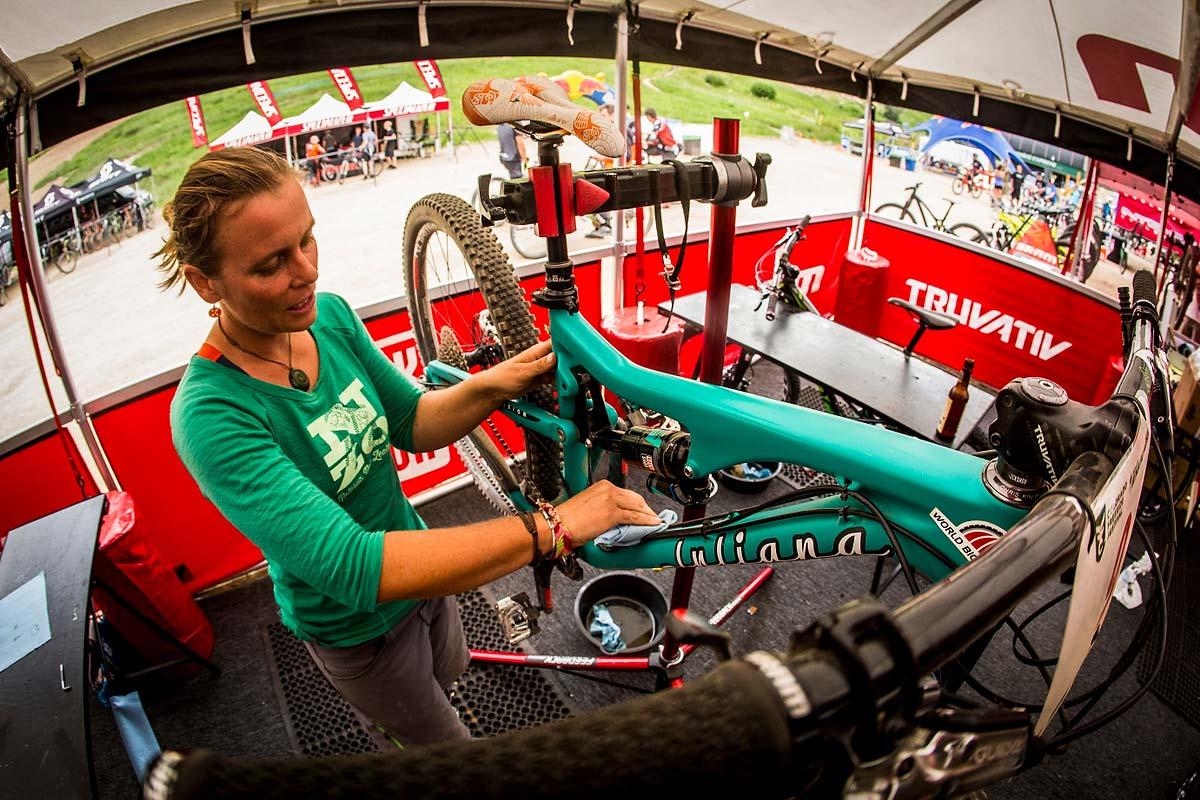 Anka Martin adora prendersi cura delle sua bici // Photo credit Sven Martin