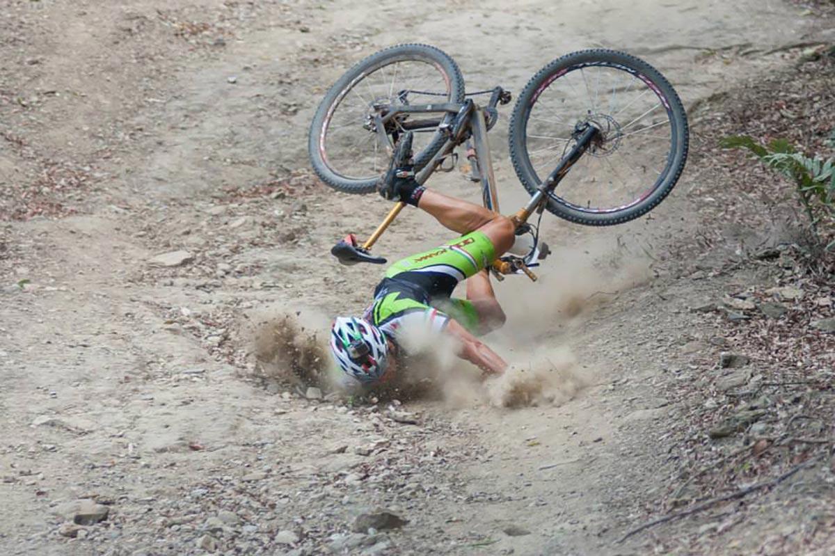 La caduta che ha compromesso la gara.