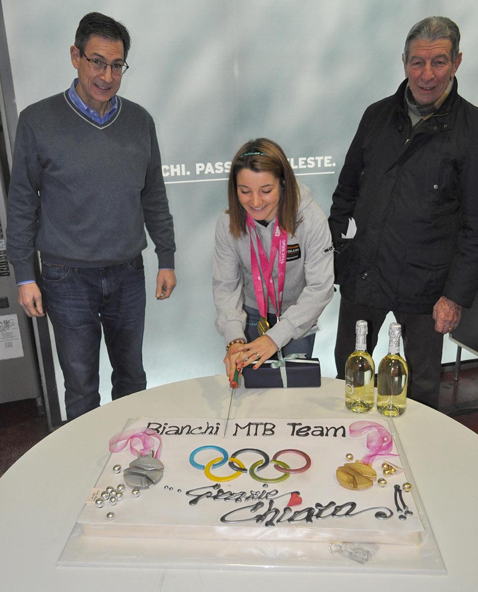 Chiara Teocchi festeggia le due medagie olimpiche e taglia la torta assieme a Bob Ippolito e Felice Gimondi