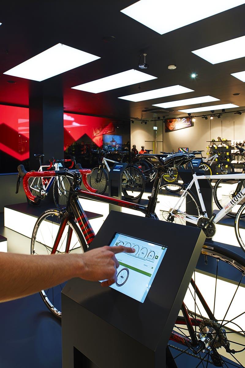 I clienti possono configurare la propria fuoriserie grazie ad uno dei venti tablets del negozio