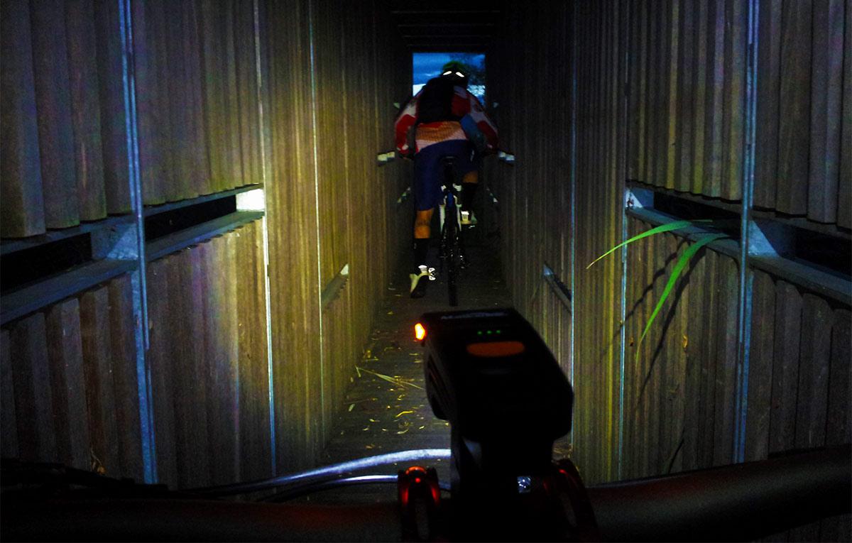 La modalità di luce più potente in un'uscita di fine estate tra ciclabile sul lago, boschi e città.