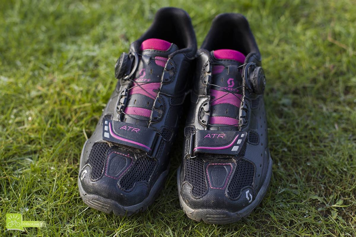 Rete in nylon sulla punta per mantenere il piede arieggiato e asciutto.