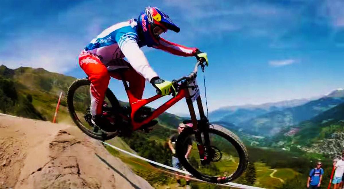 Stili a confronto: stesso salto dell'immagine di copertina, in quest'immagine Gwin tende a scrubbare di più la bici... non a caso arriva dal motocross!