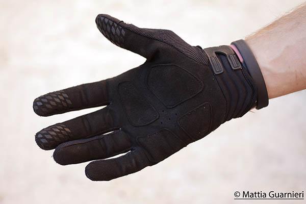 33de6ab02a66f4 Guanti montagna adulto FORCLAZ neri QUECHUA - Trekking Trekking -  proteggere le mani dal freddo in montagna. Acquista online guanti ciclismo  per le uscite ...