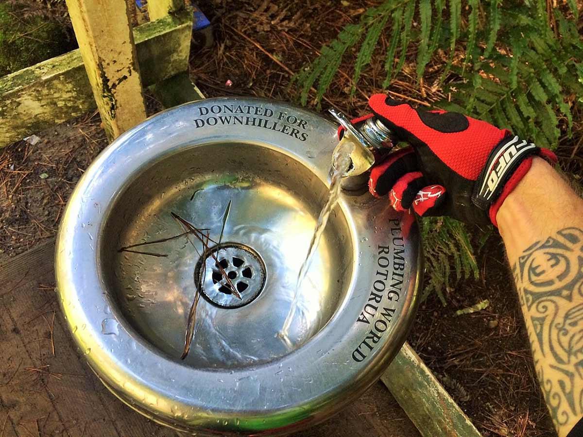 """Per non restare a corto di acqua in mezzo alla foresta si trovano fontanelle come questa, """"donate ai downhillers"""" da parte della comunità neozelandese: come in Italia..."""