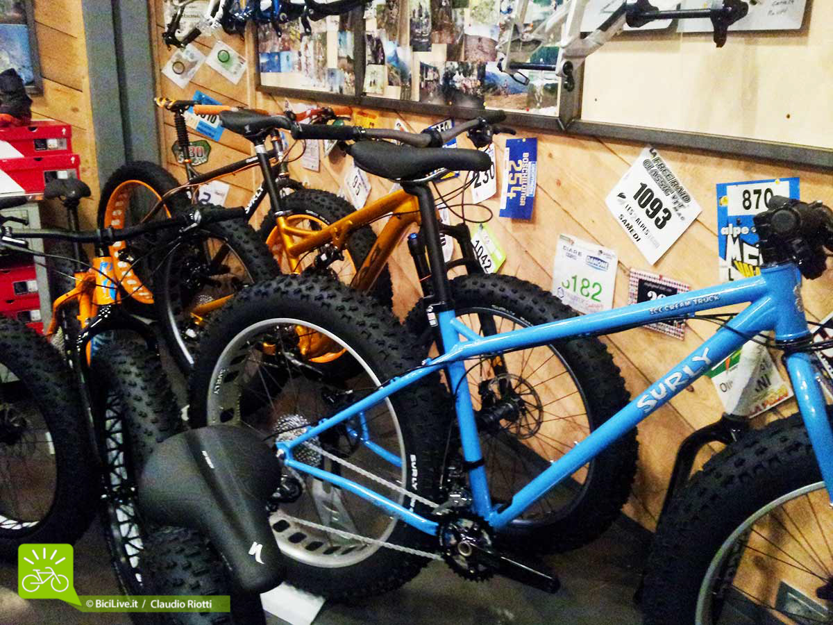 Alcune fat in bella mostra, la Surly Ice Cream Truck in primo piano e poi Salsa, Specialized, Borealis...