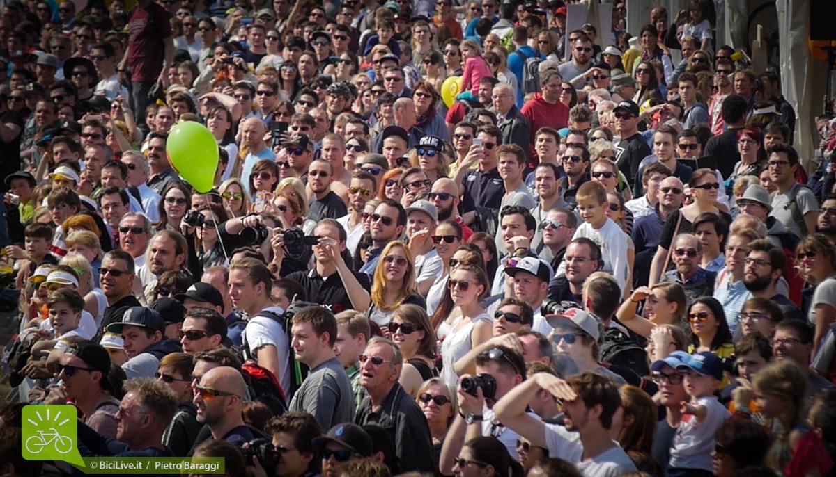 Migliaia di persone appassionate e non affollano Rathaus place.