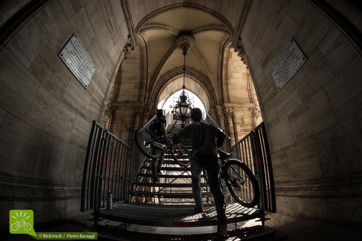 L'ambientazione è molto suggestiva, infatti il roll-in sale dal porticato del municipio storico di Vienna.