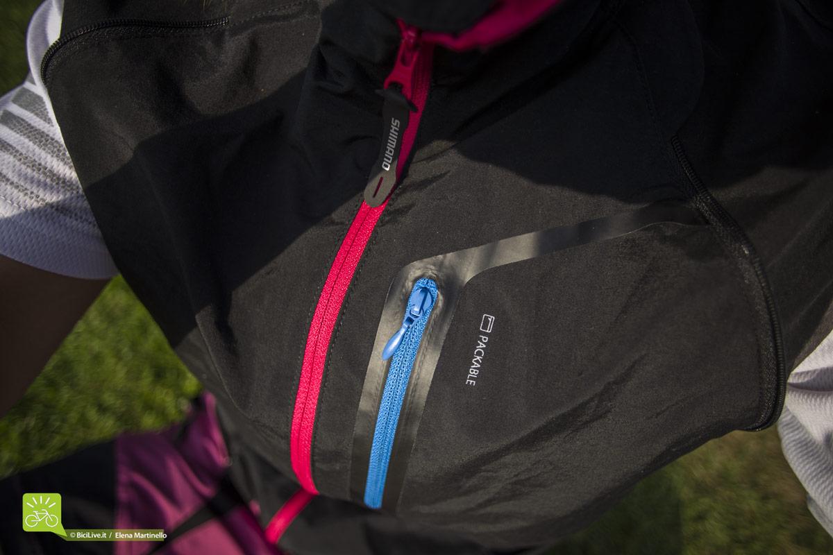 La zip sul petto è una comoda tasca porta oggetti o dove poter riporre l'intera giacca detta packable