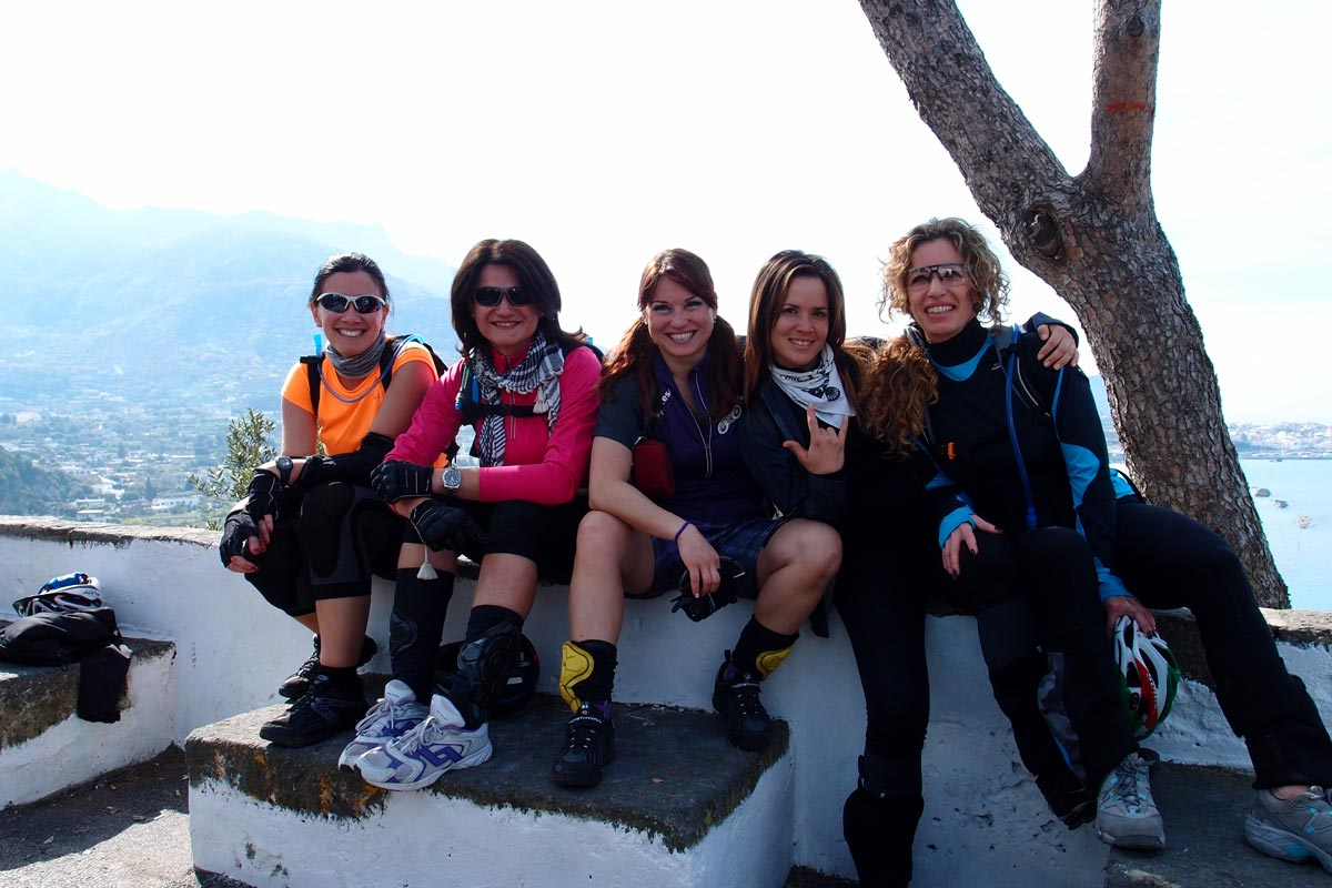 Le donne  in bici a Ischia