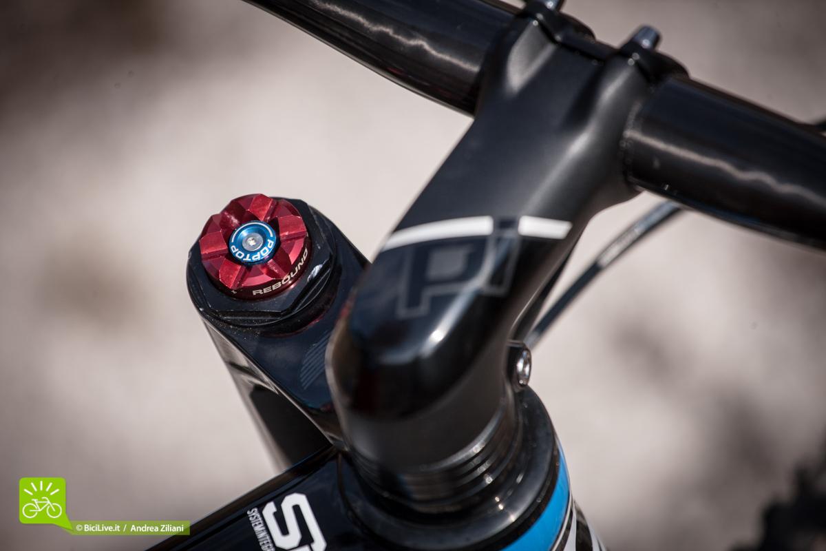 Il pulsante di blocco/sblocco della Lefty non proprio ergonomico e lo stem Cannondale OPI da -5°, stupendo a vedersi ed efficace