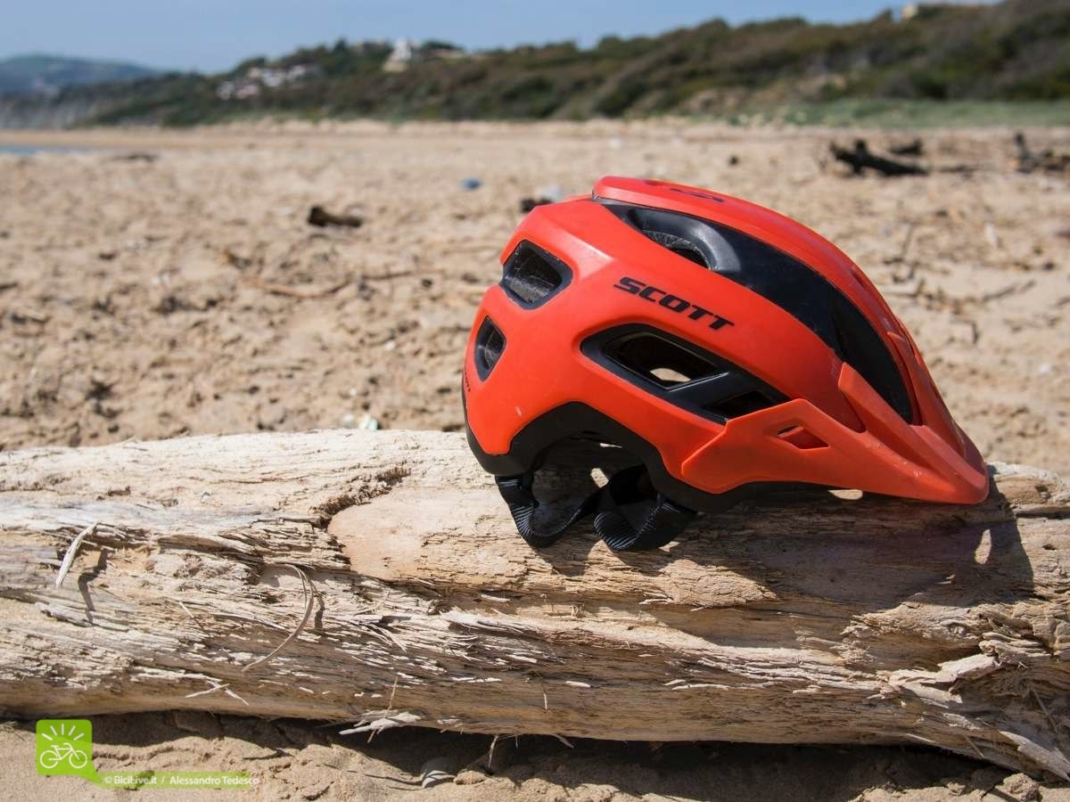Il casco Mythic sulle spiagge siciliane messo alla prova anche con il sole cocente!
