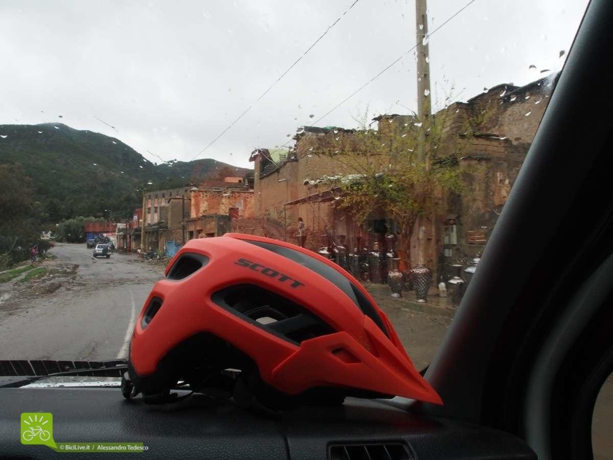 Il CAsco Mythic in viaggio sul pulmino tra le strade dell'Alto Atlas marocchino.