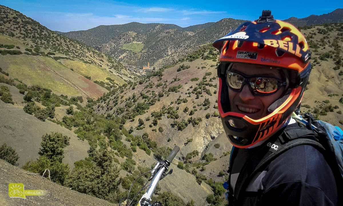 Nel tour di sei giorni in Marocco alternavo salite con casco aperto a discese con la mentoniera applicata, impiegando 30 secondi per mettere/togliere, riporre nello zaino e ripartire