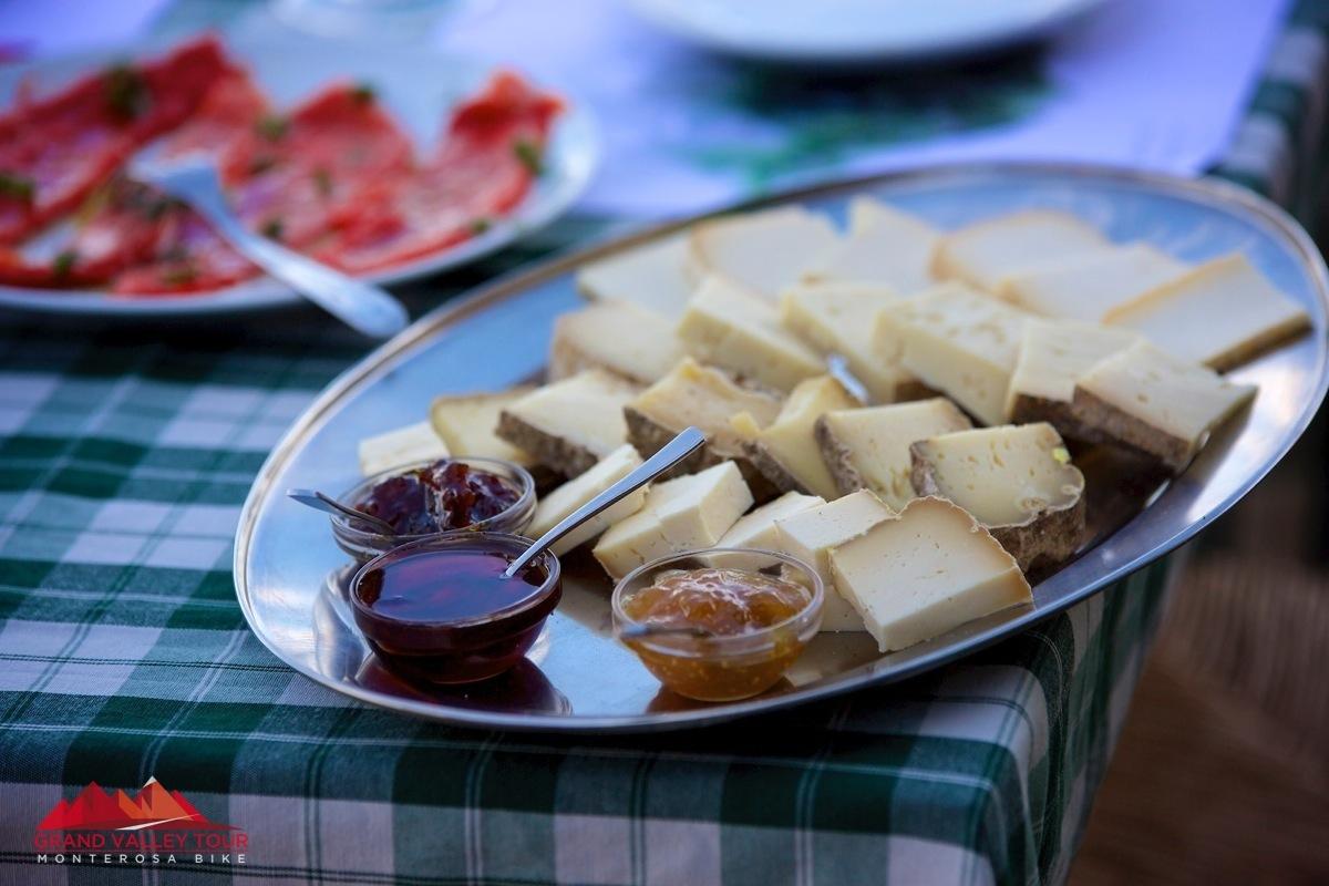 """Degustazione di formaggi tipici e marmellate """"fattei in casa"""" dell'Agriturismo Moncerchio nell'Oasi Zegna"""