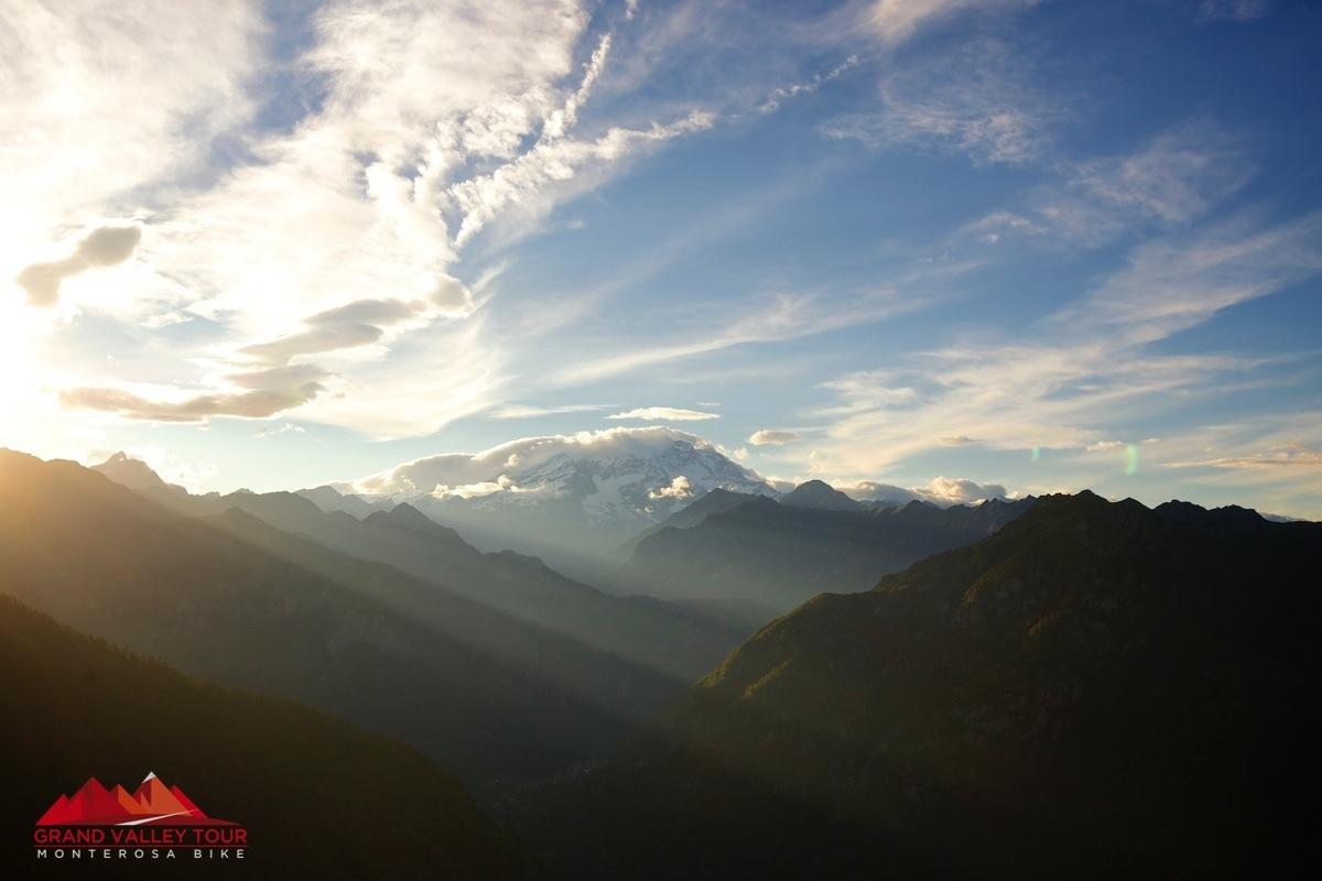 Dopo aver attraversato l'oasi naturale si giunge in Valsesia attraverso l'Alpe di Mera dove si presenta nuovamente il Massiccio del Monte Rosa, sempre presente durante tutto il tour.