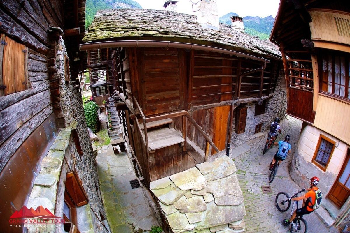"""Ad Algna non ci siamo fatti mancare un """"mini-tour"""" tra le tipiche case walser in legno e pietra."""