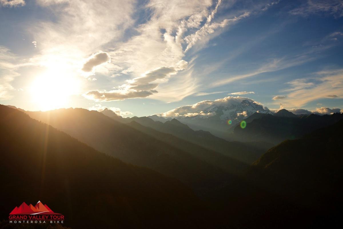 ...poi, dall'Alpe di Mera, lo abbiamo visto sparire ancora una volta dietro al Monte Rosa