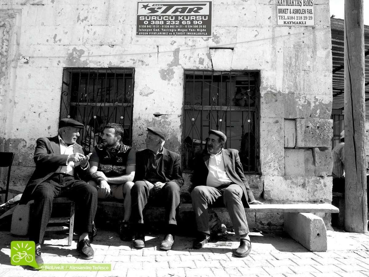 Giuseppe fa amicizia con gli anziani del luogo. Gli mtb tour sono il mezzo ideale per visitare luoghi come la Cappadocia e la Turchia.: sport, tranquillità e divertimento. Il motto di Coast2Coast è Enjoy and Ride!