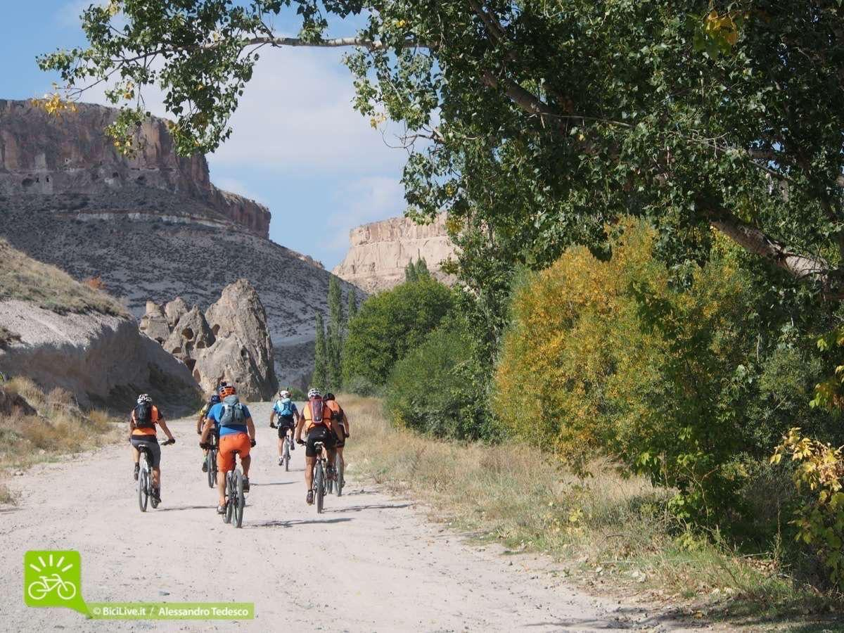 Il Gruppo verso Avashir, dove ci fermeremo per il lunch, poi continueremo il nostro Coast2Coast mtb tour nel cuore della Cappadocia