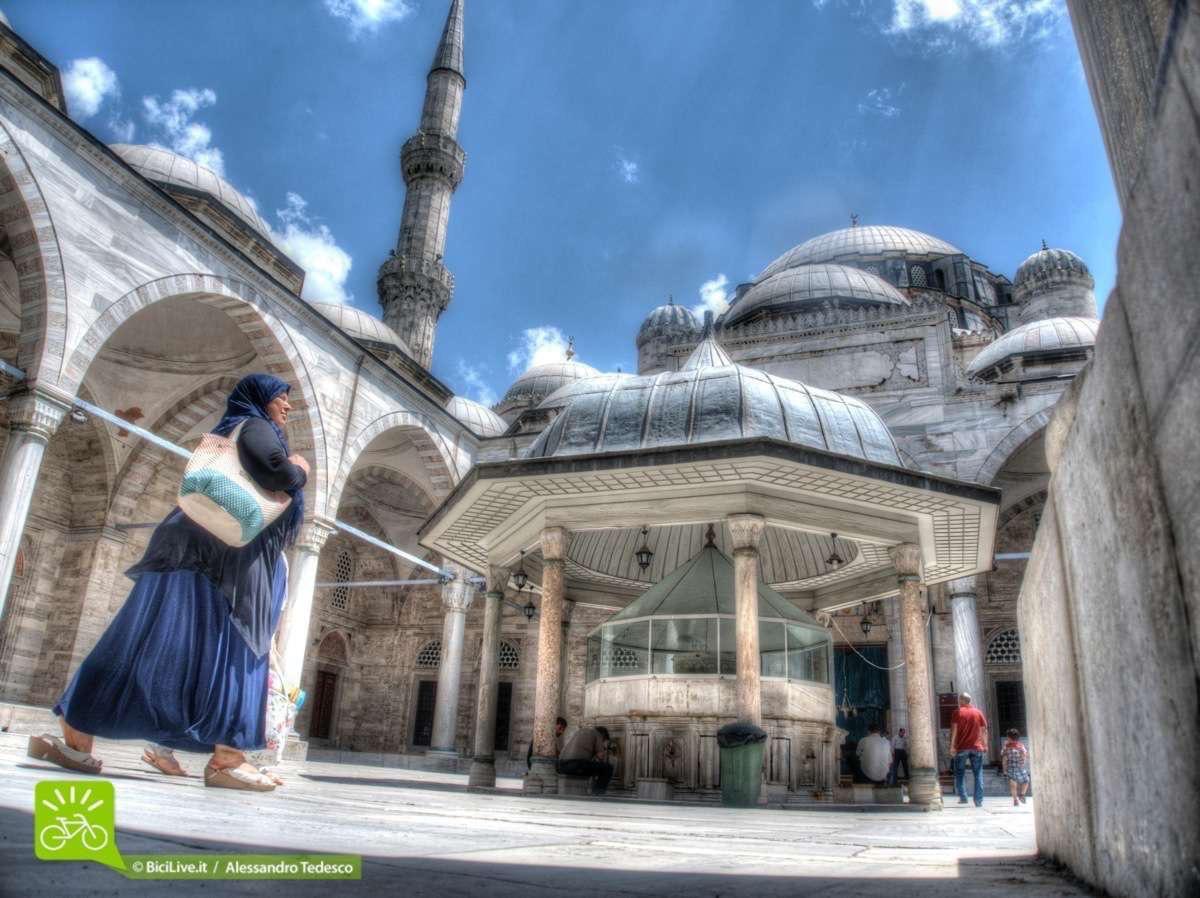 Una vista alle moschee di Istanbul è obbligatoria. La Moschea Blu e poi in bici per il Coast2Coast mtb tour