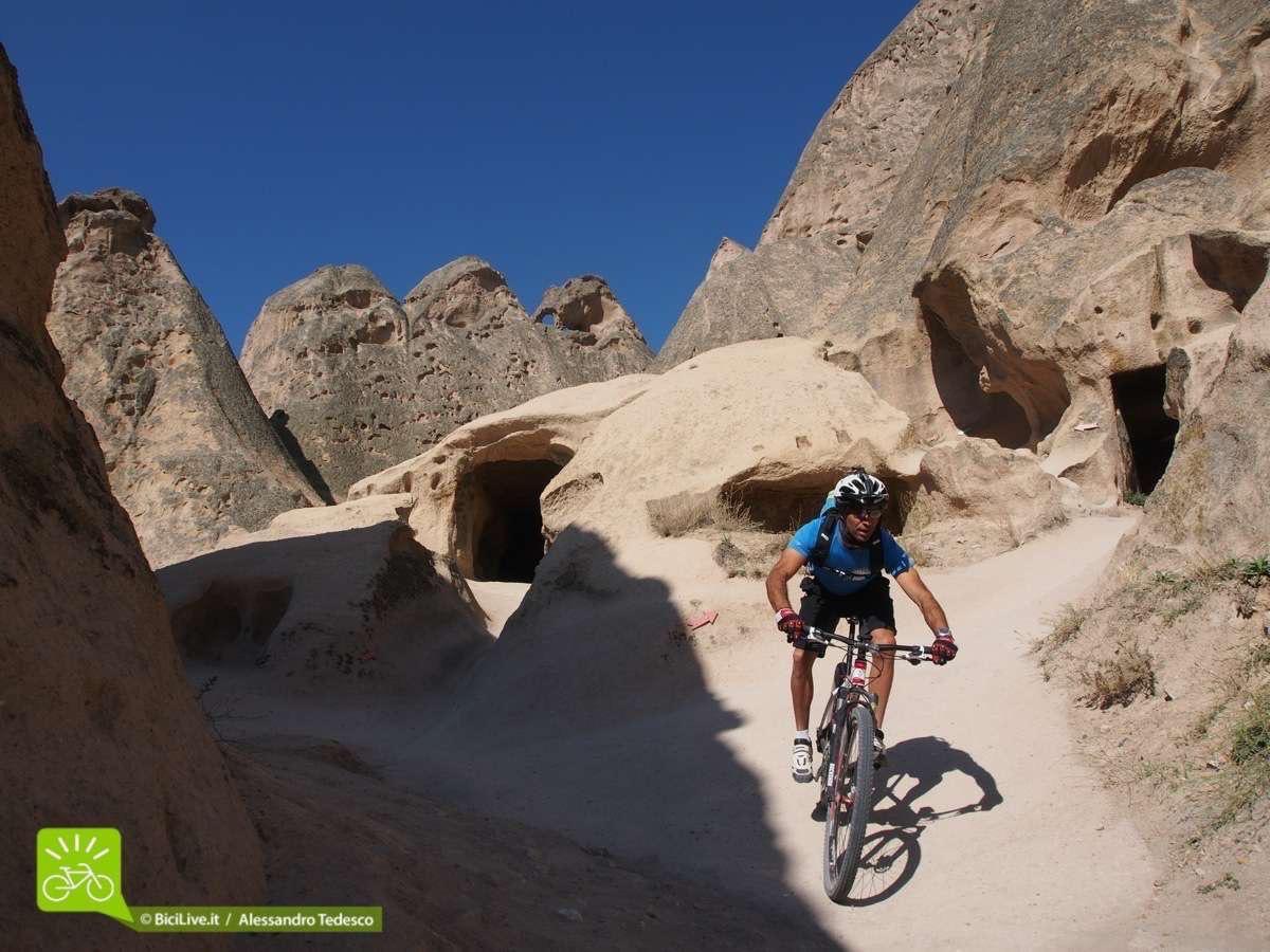 Simone tra i sentieri di Selime, il posto più turistico che abbiamo visitato in questo Coast2Coast mtb tour  in Cappadocia