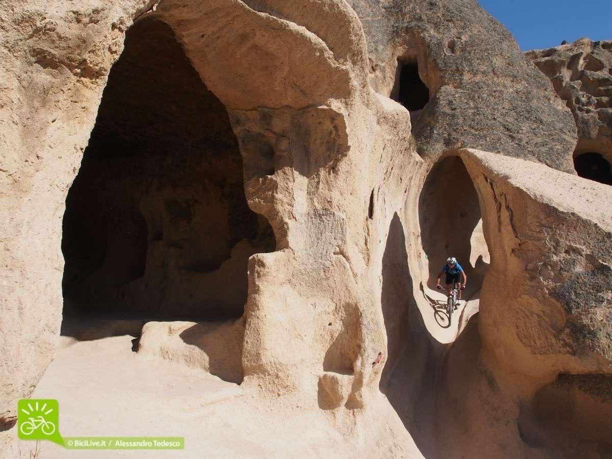 Simone tra i sentieri di Selime, una serie di chiese interminabili in questo Coast2Coast mtb tour in Cappadocia