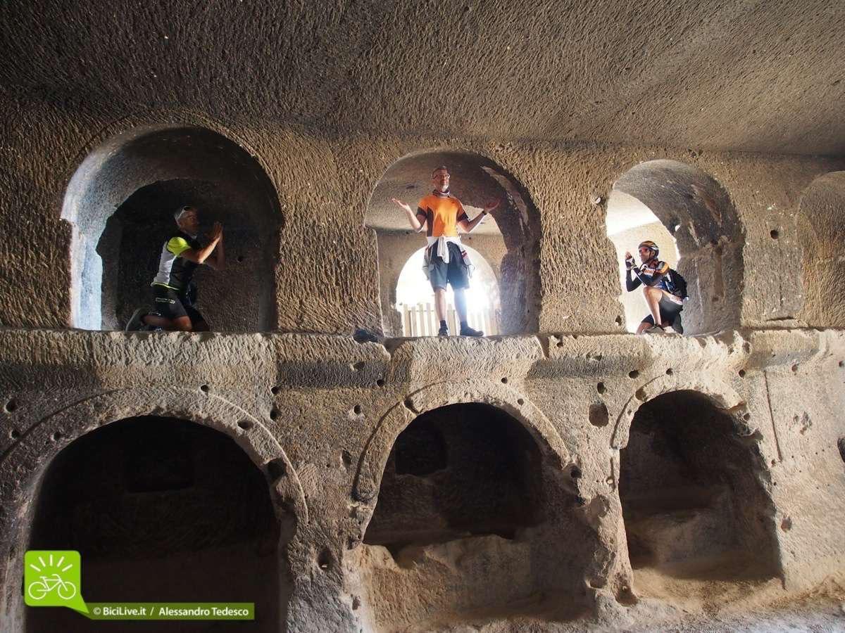Durante l'mtb tour abbiamo visitato le grotte votive dove si raffigura Don Carmelo, protettore dei biker cazzari