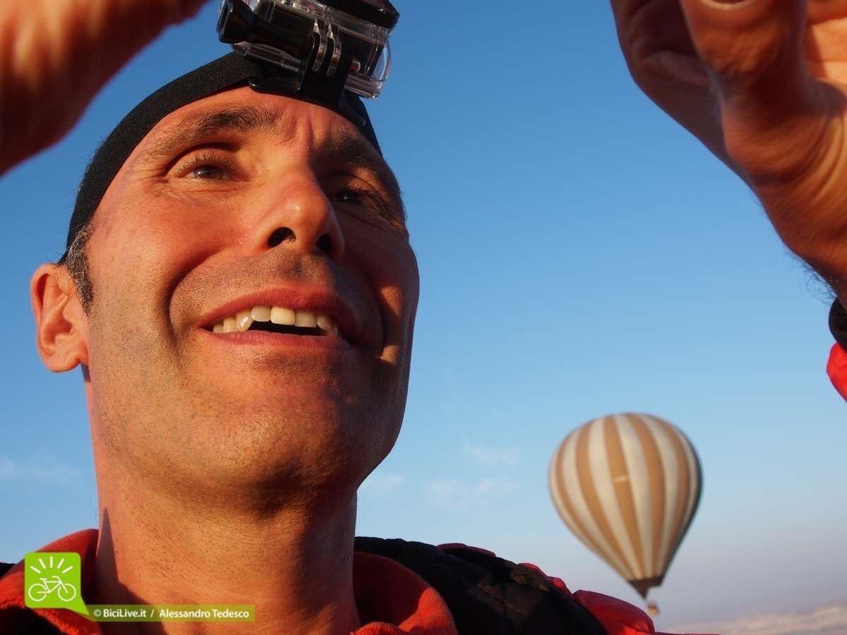 Giovanni felice in volo a 1000 metri sulla mongolfiera, non solo bici negli mtb tour  di Coast2Coast