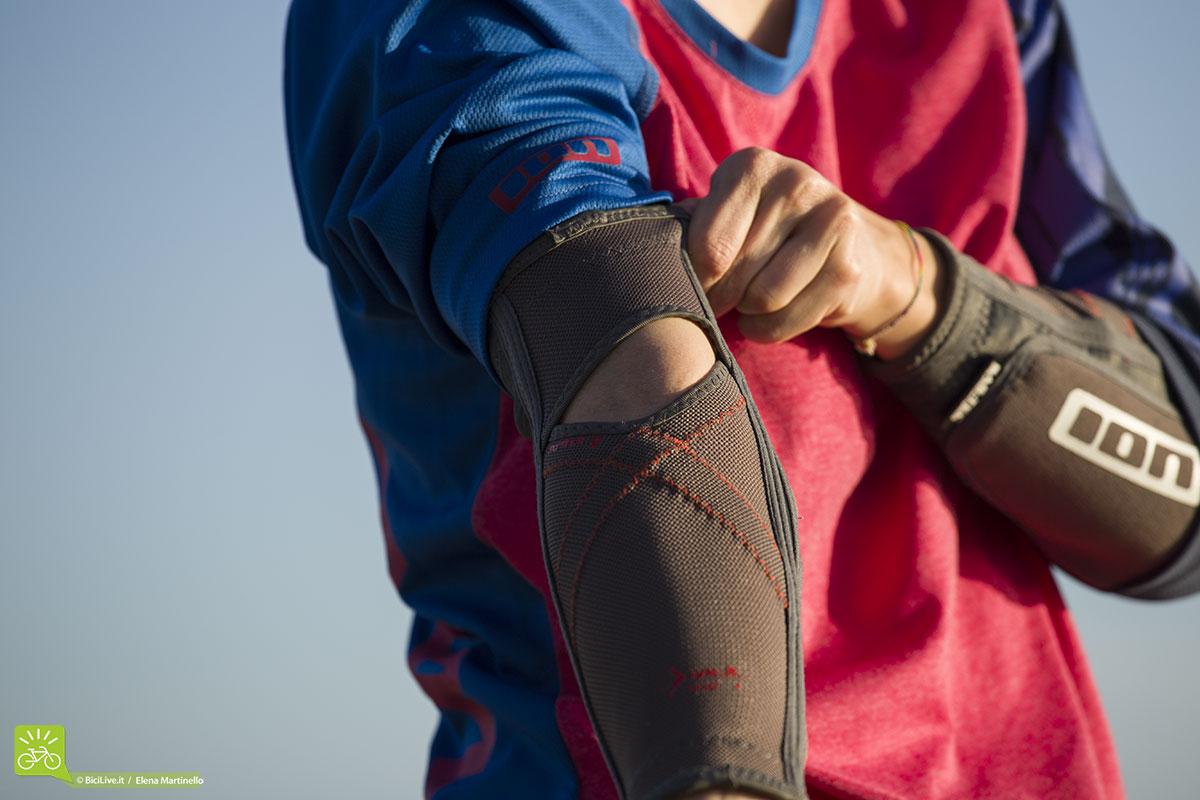 La zona dove piega l'articolazione è in FINE-MESH un tessuto elastico e traspirante